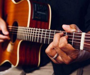 Les étapes à suivre pour apprendre à jouer à la guitare
