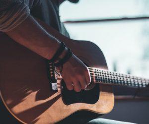 Débuter la guitare seul, est-ce que c'est possible ?